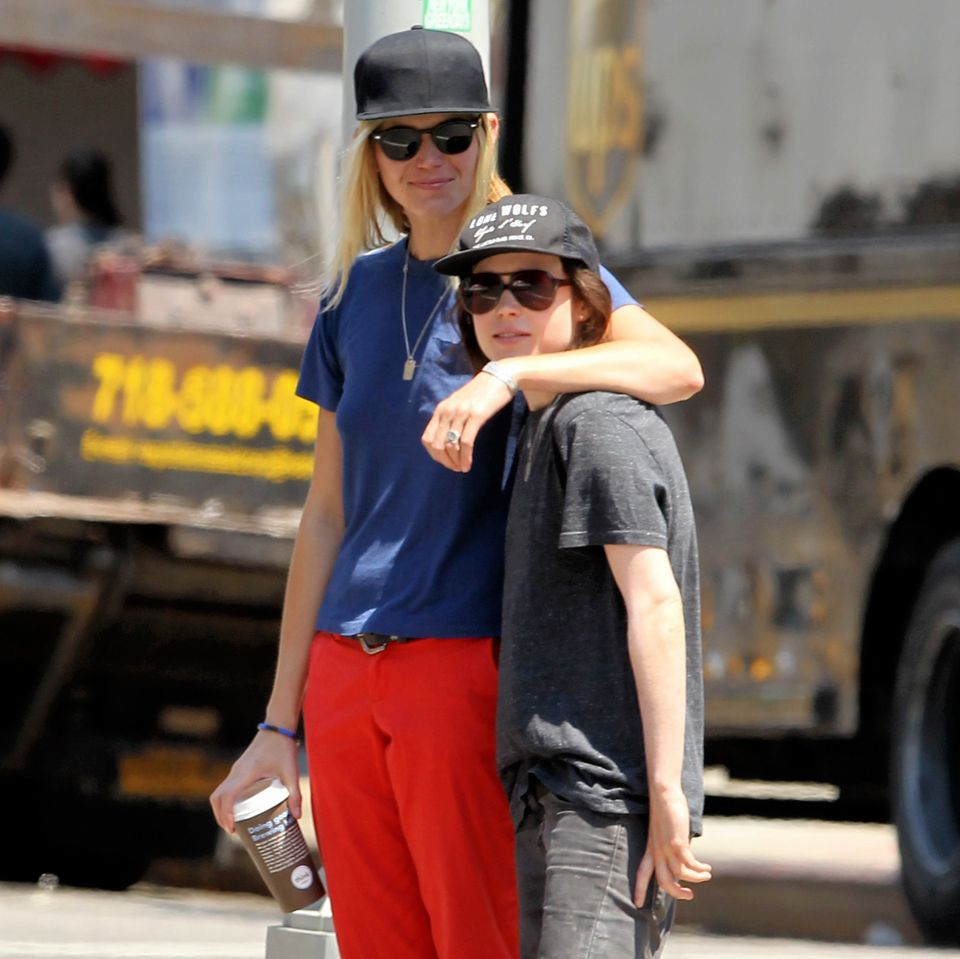 3. August 2015: Surferin Samantha Thomas und ihre Freundin Ellen Page laufen händchenhaltend durch New York.