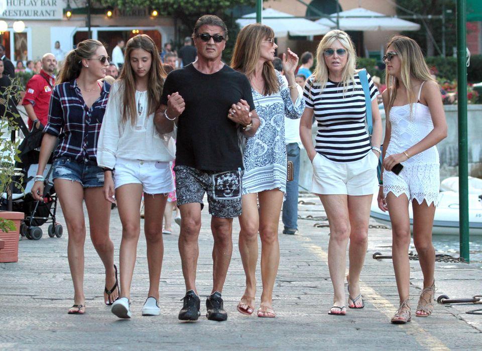 15. Juli 2015: Sylvester Stallone hat sein Mädelshaushalt beim Shoppingausflug in Portofino gut im Griff .
