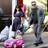 31. Mai 2015: Was für eine Vorzeigefamilie! Die hochschwangere Hilaria Baldwin macht mit Ehemann Alec und Tochter Carmen einen kleinen Spaziergang durch New York.
