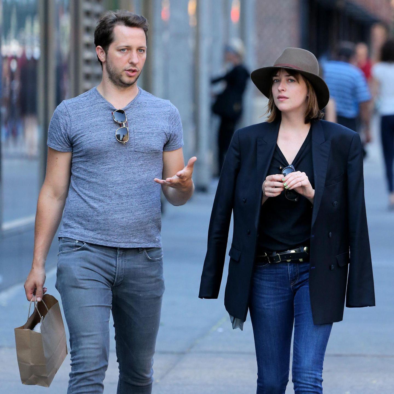 28. Juli 2015: Derek Blasberg und Dakota Johnson sind auf der Fifth Avenue in New York City unterwegs.