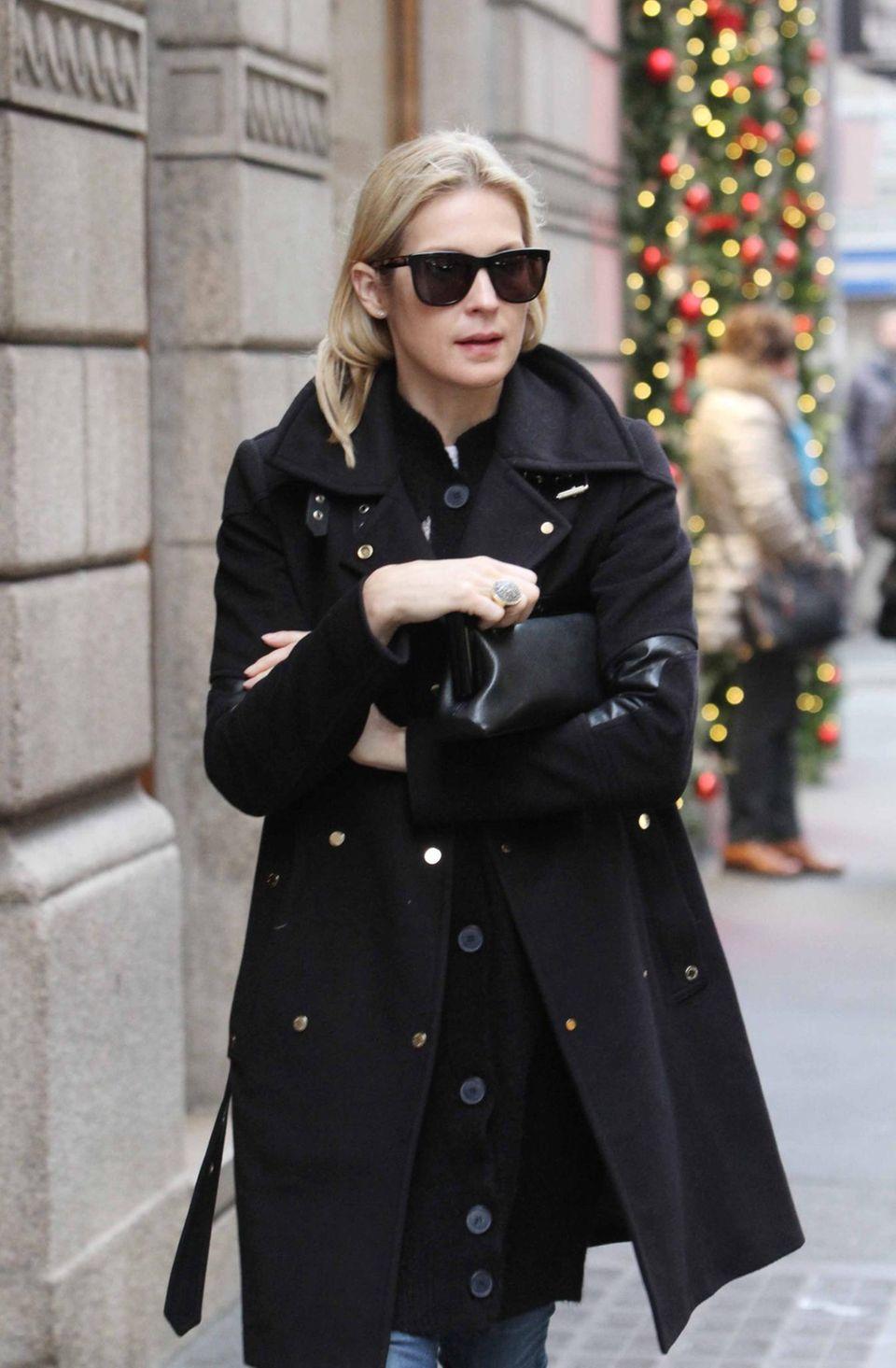 22. Dezember 2015: Die amerikanische Schauspielerin Kelly Rutherford läuft allein durch Mailand. Sie hat soeben das Sorgerecht für ihre Kinder verloren.