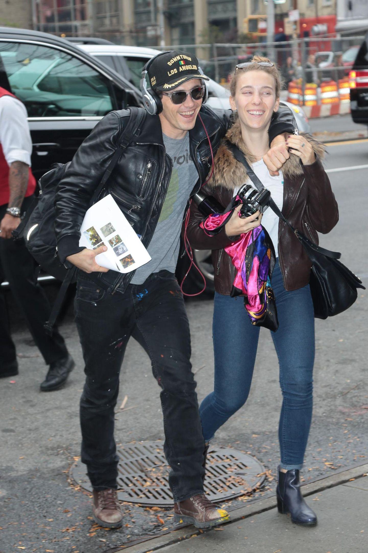 5. November 2015: James Franco kommt bestens gelaunt mit einer Freundin in seinem Hotel in Manhattan an.
