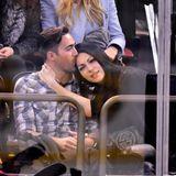 """3. Dezember 2015: Im New Yorker """"Madison Square Garden"""" kuschelt Laura Prepon auf der Tribüne mit einem unbekannten Mann, mit dem sie sich ein Eishockeyspiel anschaut. Hat die """"Orange Is The New Black""""-Darstellerin, die behauptet, niemand würde sie daten, endlich eine Romanze gefunden?"""