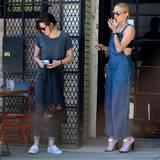 26. Juli 2015: Kristen Stewart und Chloë Sevigny legen vor einem Café in Los Angeles eine gemeinsame Raucherpause ein.