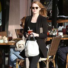 28. Dezember 2015: Ganz in schwarz ist Emma Stone mit einem Kaffee in Santa Monica unterwegs.