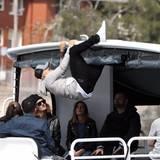 30. September 2015: Justin Bieber ist es zu langweilig auf einem Bott zu sitzen und durch den Hafen von Sydney zu schippern. Er klettert lieber auf das Verdeck.