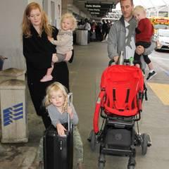 22. Dezember 2015: James van der Beek kommt mit seiner Frau Kimberly und den drei Kindern in Los Angeles am Flughafen an.