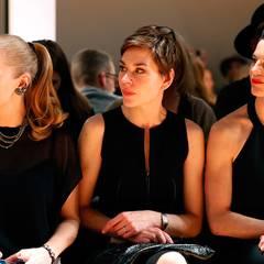 Konzentriert begutachten Anna Loos, Christiane Paul und Bibiana Beglau die Herbst/Winter-Kollektion von Dorothee Schumacher