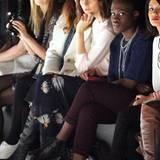 Eva Padberg und Ivy Quainoo werfen einen Blick auf die neuesten Catwalk-Trends bei Charlotte Ronson.