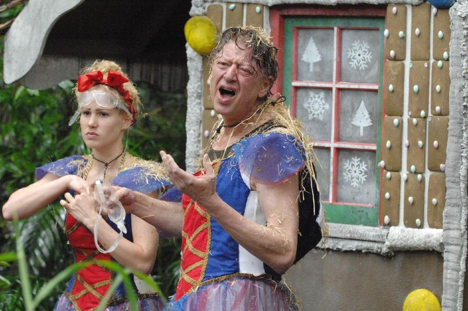 """Tag 8  In der Prüfung """"Schlimms Märchen"""" müssen Angelina Heger und Walter Freiwald Sterne sammeln, während die anderen Camp-Bewohner zuschauen dürfen."""