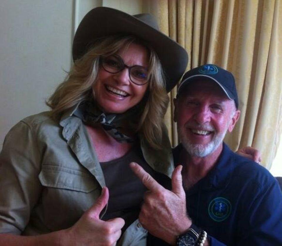 Bitte Lächeln! Ein Foto mit Dr. Bob gehört für die Teilnehmer vor der ersten Sendung einfach dazu. Auch Maren Gilzer nutzt ihre Chance.