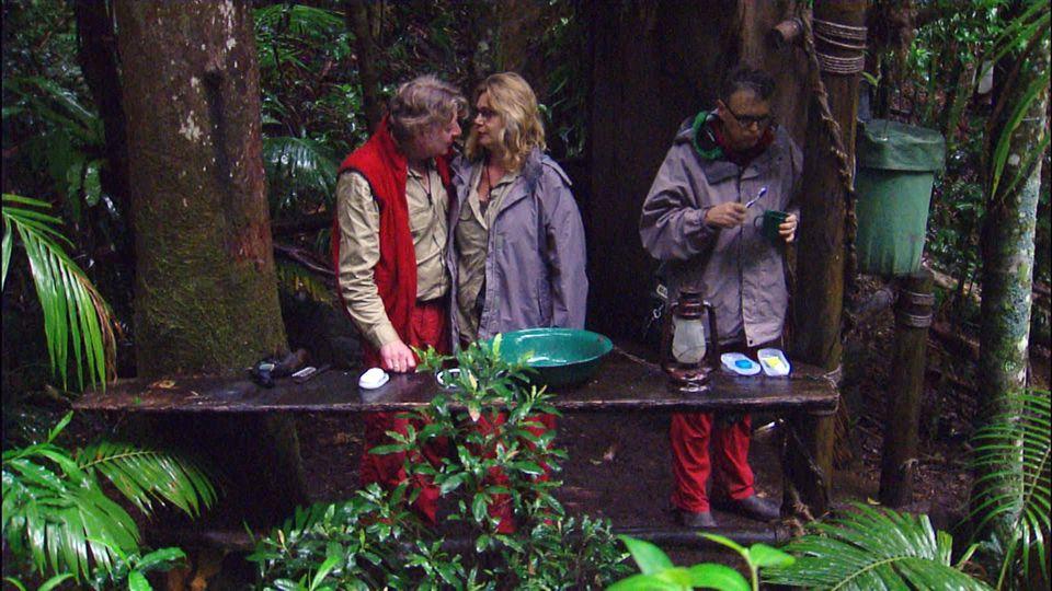 Tag 9  Vor dem Toilettenhäuschen versöhnen sich Walter Freiwald und Maren Gilzer wieder. Rolfe Scheider steht daneben.