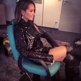 Im ähnlichen Look mit schwarzem Pailletten-Minikleid und Overknees gönnt sich Mandy Capristo eine Pause von einer DSDS-Aufzeichnung.