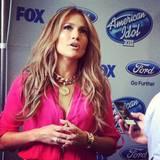 Einer rassigen Latina wie J.Lo steht knalliges Pink besonders gut. Dazu kombiniert sie goldenen Schmuck und sanft gewelltes Haar.