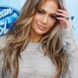 Ihre volle, wallende Mähne trägt Jennifer Lopez blond gesträhnt, offen und mit vielen Stufen, die mehr Volumen verleihen.