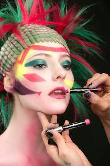 Exotisch und grafisch geht es bei diesem Model zu, das mit Maybelline-Porudkten geschminkt wird.