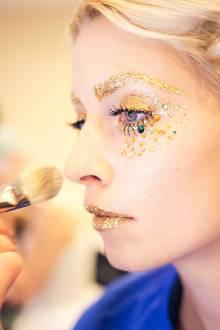 Goldene Pailletten und einige wenige, grüne Highlights zieren das Gesicht von Topmodel Lena Gercke.