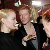 Fachgespräche unter Ehefrauen: Model Franziska Knuppe im Plausch mit Enie van de Meiklokjes und ihrem Ehemann Tobias Staerbo.