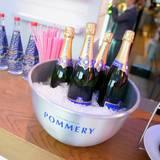 Für jeden Geschmack etwas dabei: Evian und Pommery unterstützen das Event mit kühlen Erfrischungen.