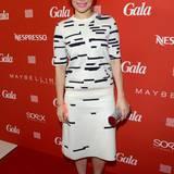 In einem Kleid von Jil Sander ließ es sich Schauspielerin Mina Tander gut gehen. Schuhe und Handtasche sind vom Kultlabel Jimmy Choo.