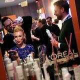 Anastasia Plewka Guseva (in Ted Baker) ließ sich am Stand von L'Oréal aufhübschen.