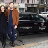 Jochen Schropp und Isabell Polak nutzen nur zu gerne den exklusiven Shuttle-Service von Mercedes-Benz, um dem kalten Winterwetter zu entkommen.