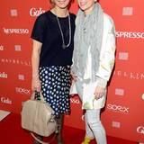 Moderatorin Bettina Cramer und Tamara Gräfin von Nayhauß stehen gemeinsam auf dem roten GALA-Teppich.