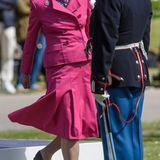 26. Juni 2015: Königin Margrethe nimmt an der Jahresparade der Königlichen Garde in Kopenhagen teil und übergibt die Uhr der Königin an den Gardisten, der von der Kompanie als bester Gardist gewählt wurde.