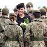 17. März 2015: Herzogin Kate überreicht den Soldaten einen Strauß aus Kleeblättern, die als inoffizielles Nationalsymbol der Iren gelten.