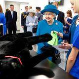 15. Oktober 2015: Queen Elizabeth trifft im britischen Guildford an der University of Surrey auf Studenten der Tiermedizin.