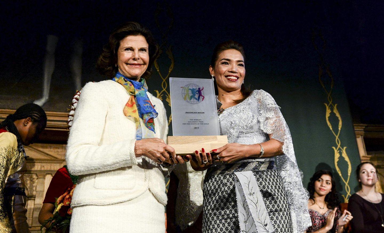 """14. Oktober 2015: Phymean Noun aus Kambodscha erhält von Königin Silvia den """"World's Children's Prize for the Rights of the Child"""" in einer feierlichen Zeremonie in Stockholm."""