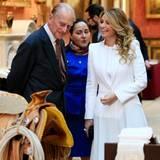 """3. März 2015: Mexikos Firstlady Angela Rivera schaut sich bei einem Empfang im """"Buckingham Palace"""" Gegenstände aus der """"Royal Collection"""" an, die aus ihrer Heimat stammen. Der Westernsattel scheint sie und Gastgeber Prinz Philip besonders zu amüsieren."""