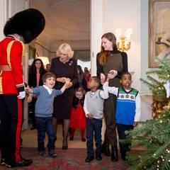 15. Dezember 2015: Herzogin Camilla hat die Kinder einers Kinderhospiz zu sich ins Clarence House eingeladen, um weihnachtlich zu dekorieren.