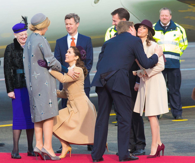 17. März 2015: Bei der Willkommenszeremonie auf dem Flughafen von Koopenhagen, begrüßt Kronprinzessin Mary Königin Maxima mit einem tiefen Hofknicks.