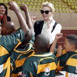 11. April 2015: Bei einem Rugby-Turnier ihrer Stiftung zeigt sich Fürstin Charlène in Monte Carlo bestens gelaunt, als die jungen Spieler sie umringen.