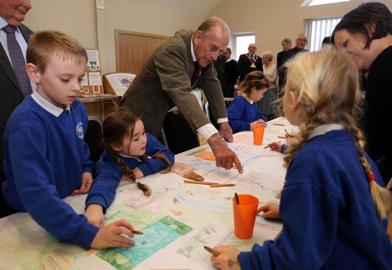 """3. Februar 2015: Prinz Philip, ätestes Mitglied der britischen Königsfamilie, ist in der """"Burnham Market Primary School"""" in Norfolk und schaut sich die kreativen Malversuche von Schülern an."""