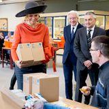 17. Februar 2015: Königin Maáxima packt beim Besuch der niederländischen Arbeitsagentur ordentlich mit an.