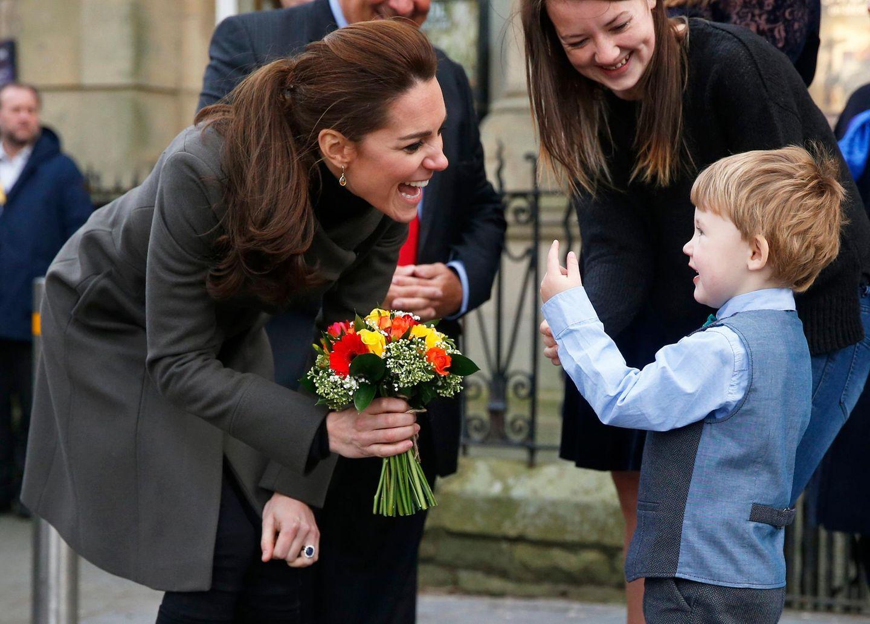 """20. Novmeber 2015: """"So alt bin ich schon!"""" - Ein kleiner Fan in Wales bringt Herzogin Catherine zum Lachen."""