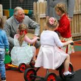 21. Mai 2015: Ein Prinz auf Augenhöhe ... Prinz Charles plaudert mit einigen Mädchen in Belfast.