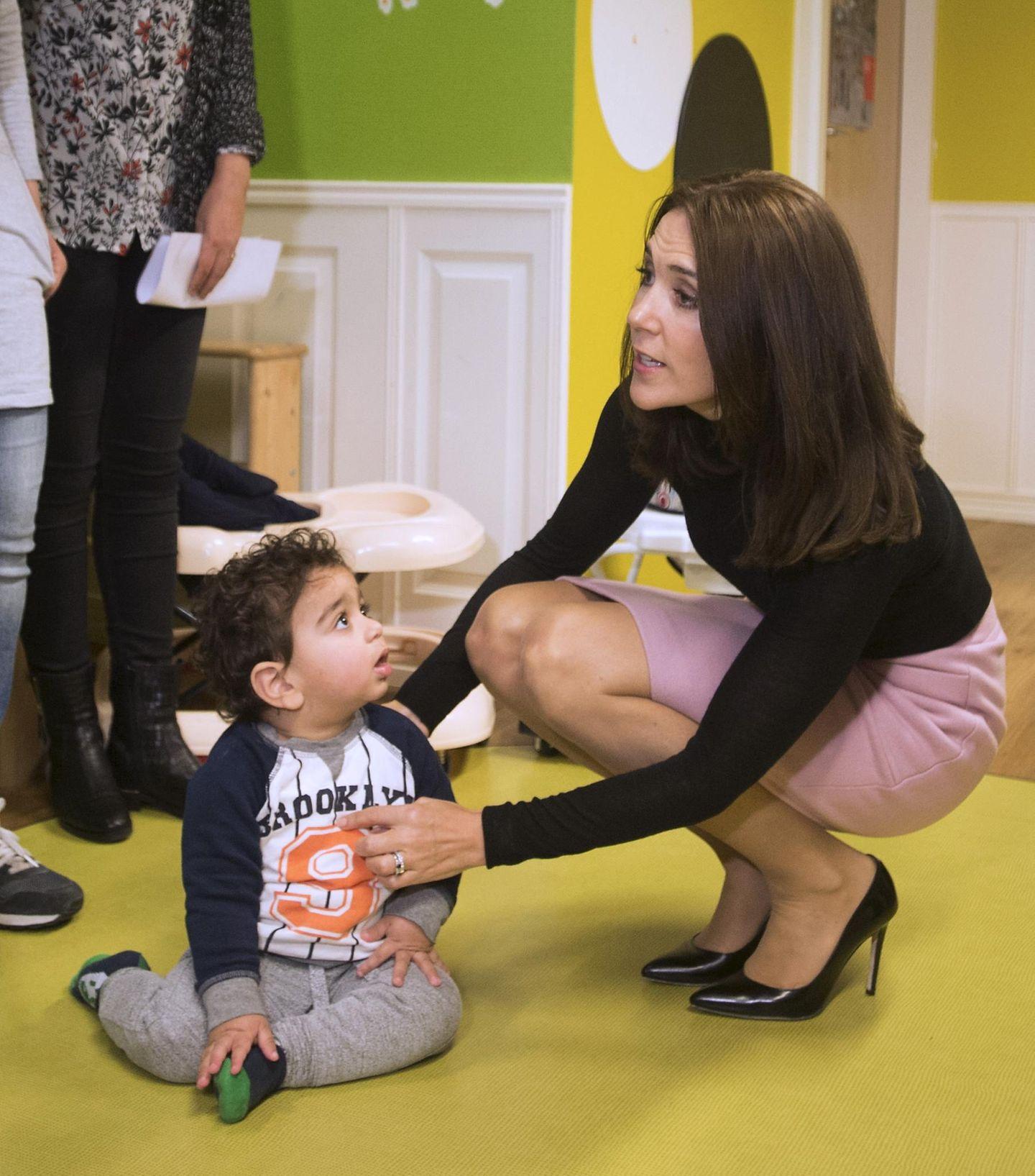 """4. November 2015: Prinzessin Mary besucht die Unterkunft """"Rosa Manus"""" im niederländischen Leiden, in der Frauen, denen Gewalt in der Beziehung wiederfahren ist, und ihre Kinder Unterschlupf finden."""