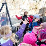 10. März 2015: Prinzessin Mette-Marit sitzt gemeinsam mit den Kindern aus dem Geitmyra-Kulturzentrum am Lagerfeuer und spielt ein Spiel.