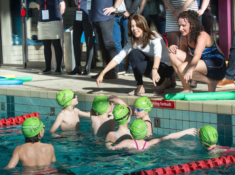 """9. März 2015: Prinzessin Mary ist in einer Schwimmhalle in Gentofte, wo die Auftakveranstaltung des Projektes """"Jeder muss schwimmen lernen"""" stattfindet. Mit ins Becken springt die Kronprinzessin allerdings nicht."""