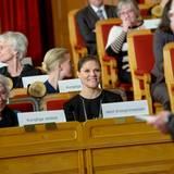 """29. Januar 2015  Prinzessin Victoria und ihre Tante Prinzessin Christina drücken nicht gemeinsam die Schulbank. Sie sind vielmehr im Parlamentsgebäude in Stockholm und nehmen an den """"Peace Talks"""" teil."""