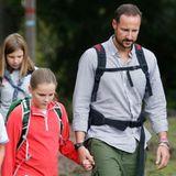 7. September 2015: Prinz Haakon hat sich zu einem Termin in Asker, bei dem er eine Gruppe junger Pfadfinder begleitet, seine Tochter Prinzessin Ingrid Alexandra als Unterstützung mitgebracht.