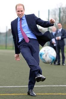 """7. Dezember 2015: Als Fußballfan kickt Prinz William sehr gerne - wie hier beim Elfmeterschießen an der Saltley Academy für die Initiative """"Peace Global"""" in Birmingham."""