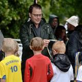 """6. September 2015: Prinz Daniel zeichnet im Haga-Park in Stockholm erfolgreiche kleine Läufer aus, die am """"Prinz Daniel Lauf"""" teilgenommen haben."""