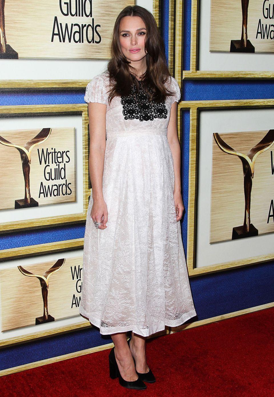 Im romantischen Spitzenkleid von Burberry besucht Keira Knightley die Writers Guild Awards in L.A.