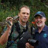 Staffel 7  Dr. Bob posiert mit dem Mann hinter der Kamera, RTL-Fotograf Stefan Menne, und einer Schlange für ein Foto.