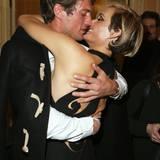 Topmodel Amber Valletta gönnt sich nach der Versace-Show eine Kuscheleinheit mit ihrem Mann Christian McCaw