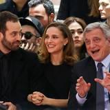 Benjamin Millepied und Natalie Portman amüsieren sich zusammen mit Dior-Chef Sidney Toledano prächtig.